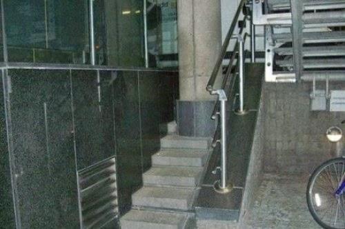 #2 喔我懂了!這台階是做給做柱子的工人使用的~