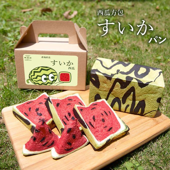 在香港一商場的tomakukki喫茶店也推出同樣的產品 他們取作「西瓜方包」 還做了一個可愛的包裝~