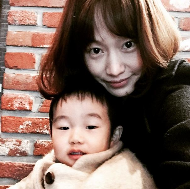 雖然允予的媽媽完全是超級美女, 但是允宇長得更像爸爸呢!!! (該說是幸運還是不幸XD)
