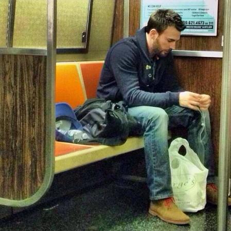其實「美國隊長」下班後也是會搭地鐵回家 他是克里斯伊凡