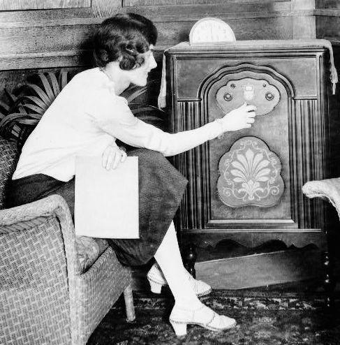 一切都是因為1920年代開始, 新聞、收音機、雜誌等這些媒體的登場, 跟著廣告市場也因此擴大的關係!
