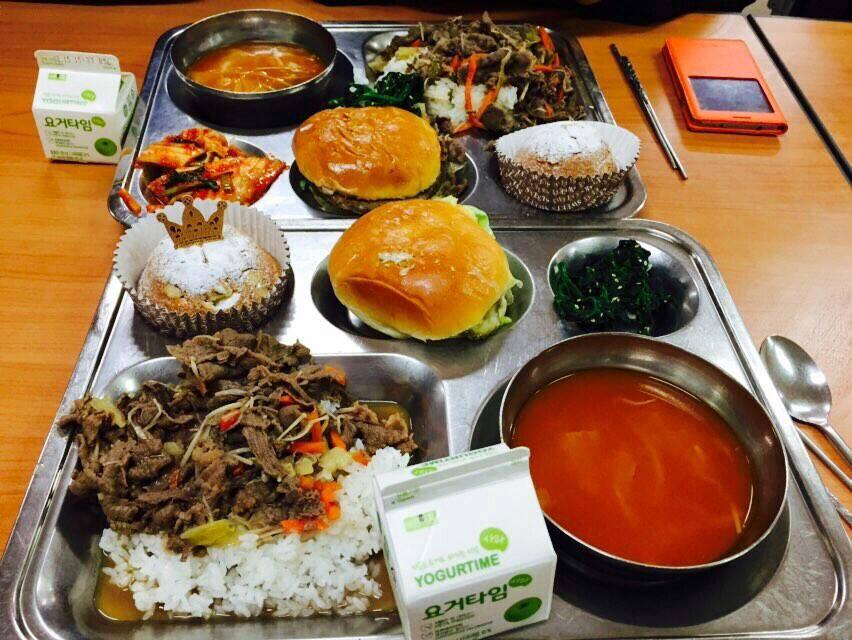 不知道台灣的學生在學校都吃什麼呢? (聽說台灣食物很好吃)  在韓國~學校的午餐叫做급식(供餐)