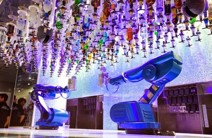 光看這些設備就覺得威猛! 在這最有名的就是這裡調酒師是.......機器人!!!!!!