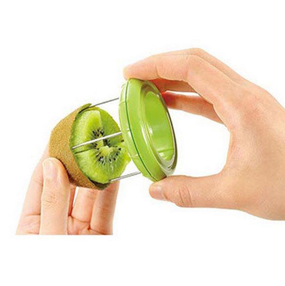 接下來這個神奇小物的用法你猜到了嗎? 它可以直接將奇異果切成四塊,果肉分離唷!
