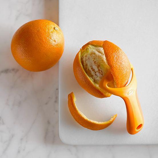 其實,柳丁削皮器的種類挺多的耶! 還有像這樣切好皮後,專門用來剝皮的小物!讓手更省力唷!