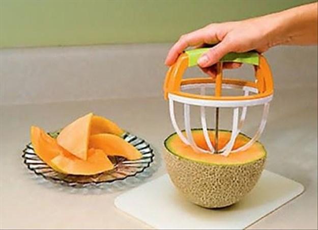 如果覺得上面那個哈密瓜專用刀還是很麻煩的話,那這個! 就像剛剛介紹切奇異果的道具一樣!輕輕鬆鬆就可以接出哈密瓜了!
