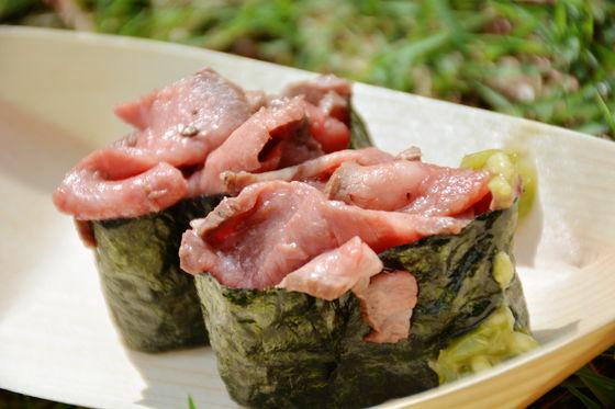 一開始吃是握壽司的味道~ 接著感覺到像在吃牛排一樣,同時嚐到兩種美味呢!