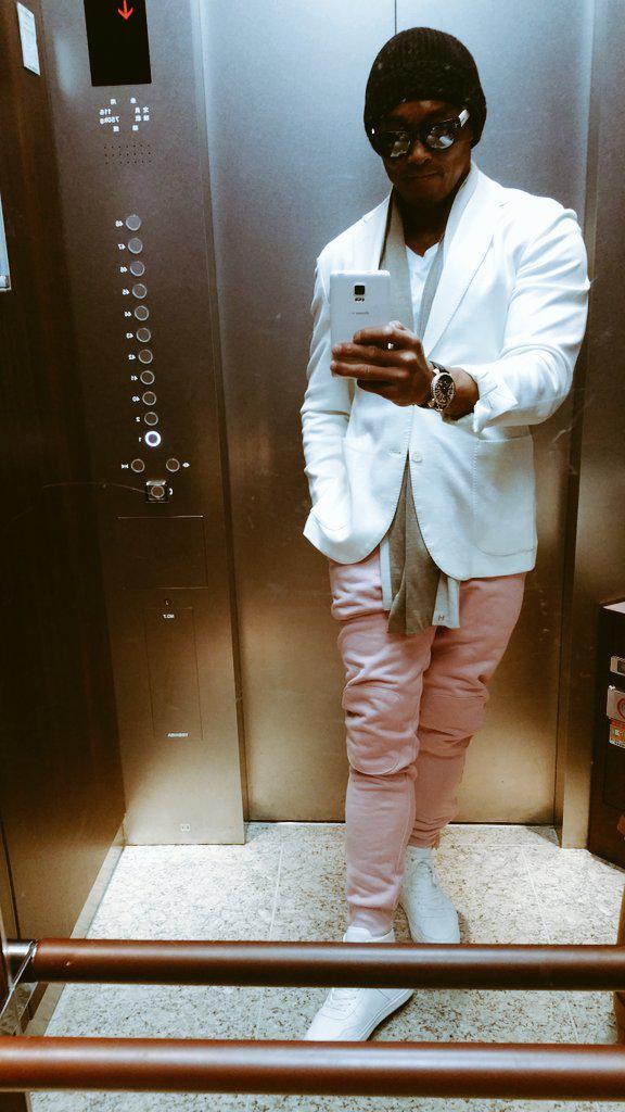 今天的造型如何呢? 敢穿上穿上粉紅色褲子的男人....... 超帥氣的吧?(撥髮~)