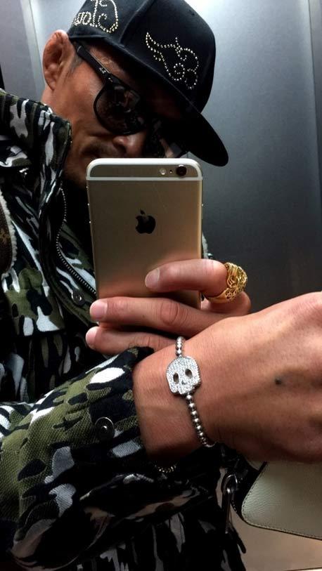 不只女生,男生的手上,有時候也需要一些閃亮的配件做搭配 這就是我的時尚哲學唷!