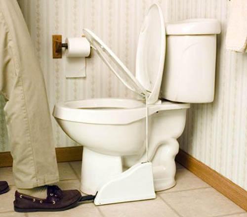 男性站著小便,容易弄髒馬桶, 而且還要很麻煩的去掀馬桶蓋。