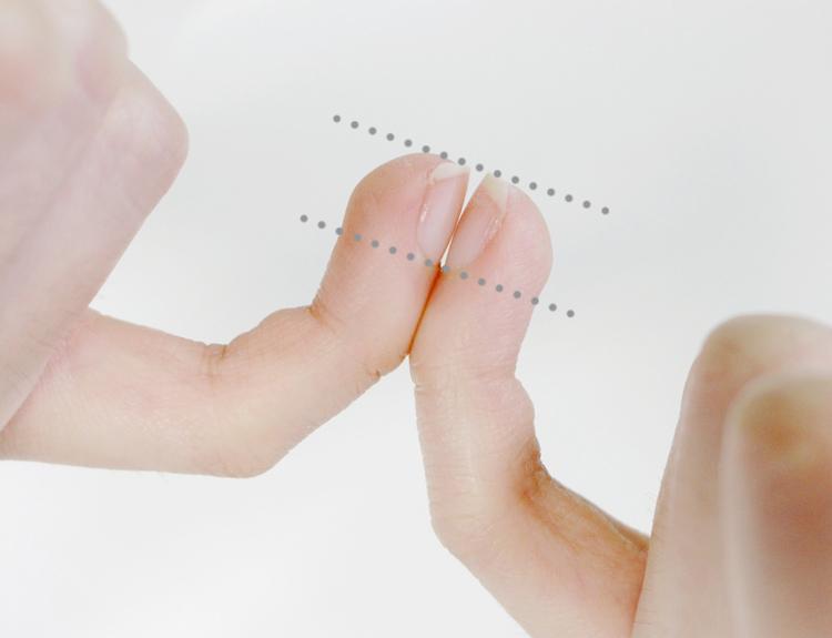 磨好的指甲,像圖中這樣,左右手比較一下,有對稱就可以摟!