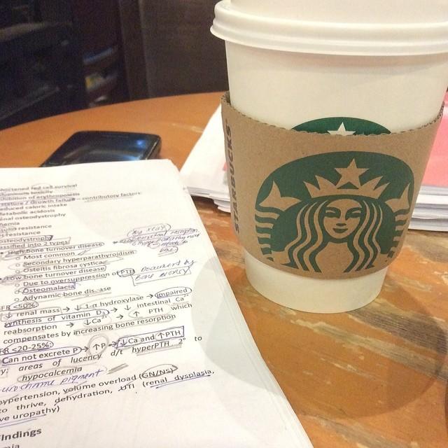 3. 認真讀書照 這種照片通常都是在咖啡廳裡! 而且照片裡必備看起來很認真的筆記或是課本,再加上一杯咖啡! (#認真 #期末考 #救救我,這類的Hashtag常見吧!)
