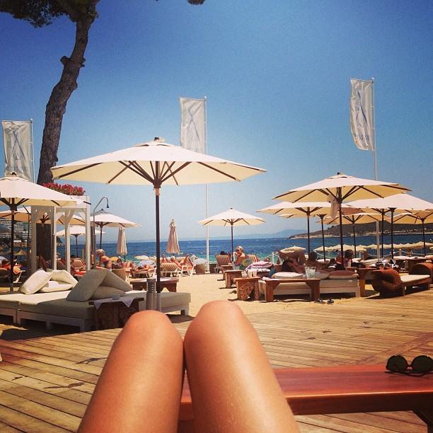 5. 大腿度假照 度假必拍照! 享受陽光時,抓住腿看起來會纖細的角度, 和眼前的景色來個合照,表示度假中! (#旅遊 #度假 #放鬆 #海邊 #悠閒)