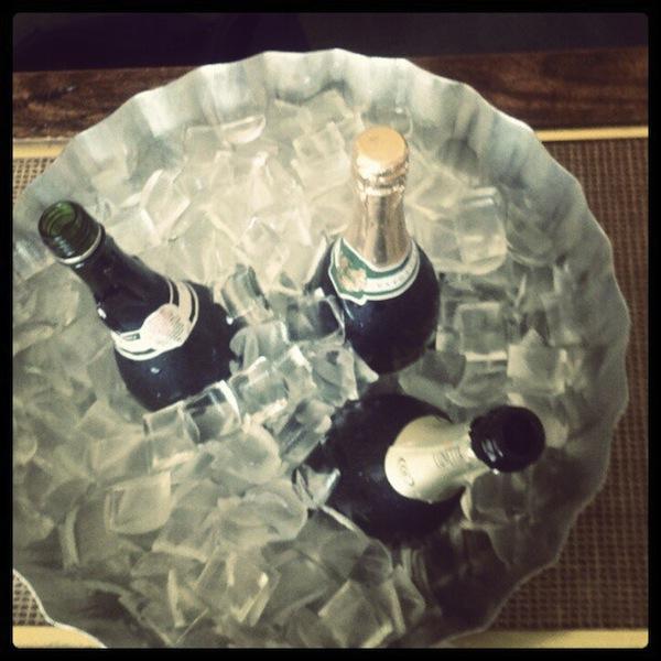 10. 趴踢趴踢照 我和朋友玩的正開心呢!!! 滿滿的一桌香檳,超值得上傳一下,讓別人羨慕的啊哈哈! (#香檳 #派對 #週末,還有絕對不能忘記 「#TGIF」!!!!)