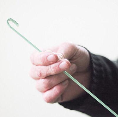 找來洗衣店給的那種便宜鐵衣架 把細掛鉤像上圖一樣拉直後,彎出一個小勾, 就可以輕鬆勾出頭髮和異物了。