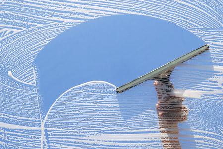 可以用自製的清潔劑噴在玻璃上, 用專門擦玻璃的刷子刷一遍,最後用清水沖乾淨。