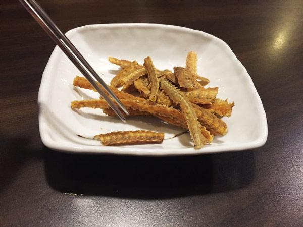 先來了一盤小菜~ 什麼!這是鰻魚骨?!可以吃嗎?  飽小編告訴你們,有點像蝦味先的味道,其實沒有很特別! 不過這不是今天的重點....!!!!!!