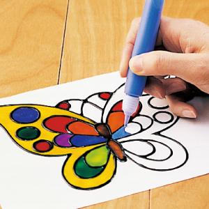2. 玻璃膠畫筆 蝴蝶、星星、小動物~ 努力完成的作品,都可以變成家裡玻璃窗、冰箱, 或是磁磚上的裝飾品,感到很驕傲呢!