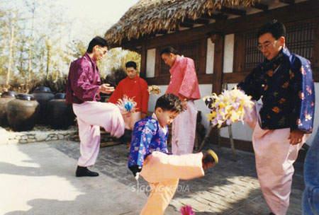 跟我們台灣小時候「踢毽子」很像呢! (噗~不小心洩漏年紀了!!!)