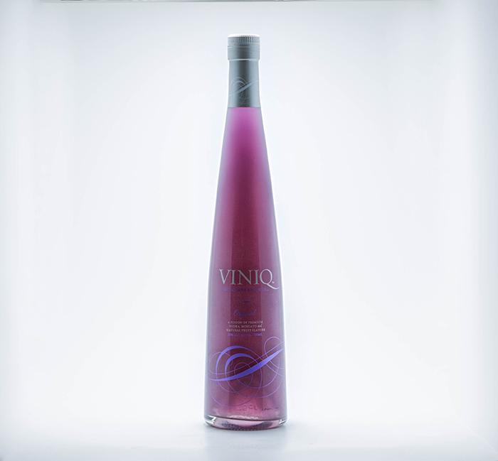 在美國售價約美金$19.99 (台幣約620元/ 750ml) 就可以購得的VINIQ, 是由伏特加、麝香葡萄酒、果香,並混合閃亮亮的一種利口酒! (以下稱:宇宙酒)
