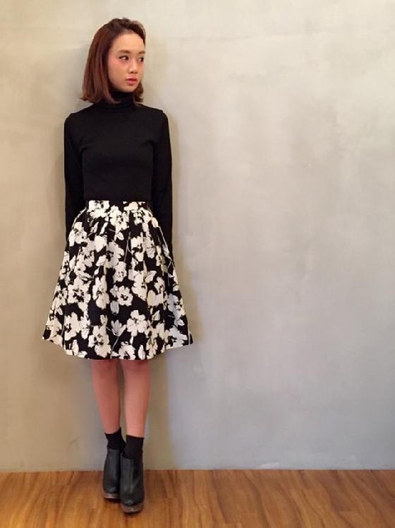 首先,要掌握懷舊風,「中長裙」這項單品是不可或缺的, 其中又以花裙最受歡迎, 有點涼的時候,可以在上半身穿上素面長版上衣, 既保暖又能凸顯「花裙」這位主角。