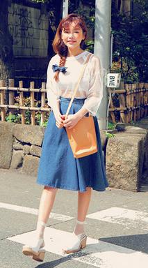 除了花花中長裙,丹寧材質和小塊格紋也是這波復古風的流行重點, 這兩項元素加在中長裙這項單品上,就是超、可、愛!  嬌小的女生只要拉成高腰,也會看起來很纖長喔! 夏季的時候搭配透膚單品,穿上涼鞋也是可以的喔!