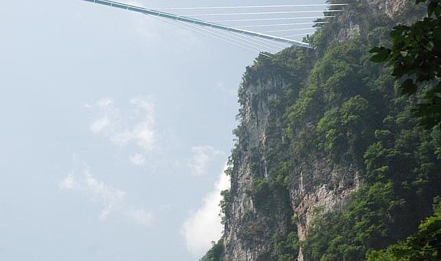 這條橋的踏板,全都要以透明玻璃製作! 如果這條橋完成的話,便會是全世界最長的透明橋了唷!!!!