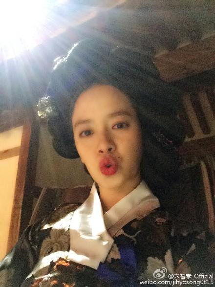 而她在中國擁有廣大的粉絲~更有自己的微博帳號~ 自拍照就變成她刷屏/洗版的新天地XDD
