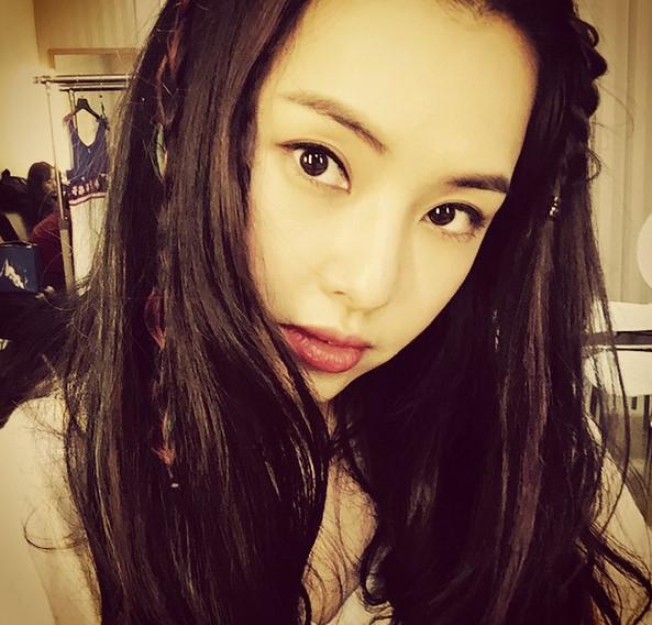 最近擔任韓國電視節目<Get it Beauty2015>主持人的李荷妮, 公開了她獨家的美麗秘訣,引發熱烈討論!