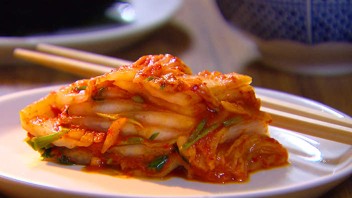 含有豐富益生菌的食物,都是發酵製品! 優格種類裡面,又以希臘優格含有最豐富的益生菌, 因為糖分少,吃了也不易胖唷!  另外,喜歡韓國菜的朋友們, 一定都知道韓國泡菜也是充滿益生菌的食物唷! 除此之外,纖維質也很豐富,大家也可以多吃唷!(讚)