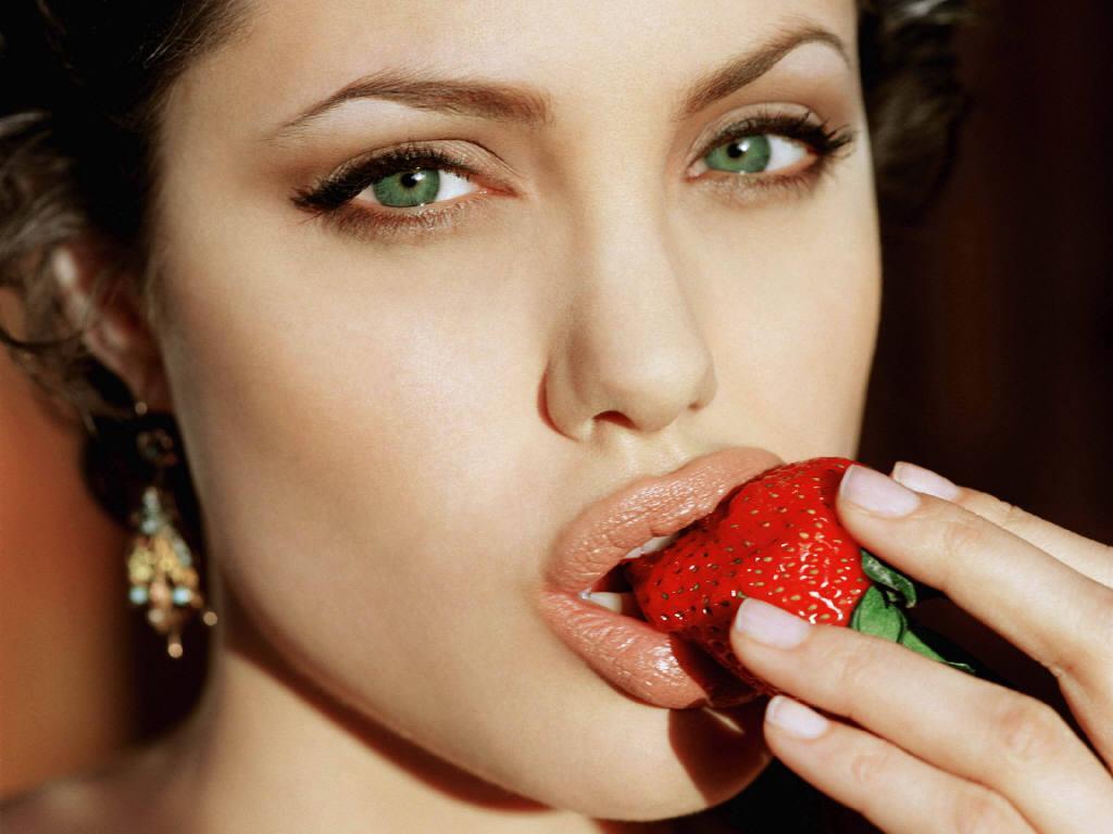 因為蔬菜水果裡頭,含有充分的「葉酸」! 可以促進腦神經傳達的機能, 所以可以降低得到憂鬱症的危險唷!