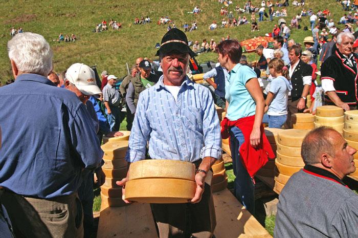 你們一定會覺得,怎摸會是起司「分享」大會呢? 原因是夏季在高山上的村莊所製作的起司, 由牧童帶下山來和小村莊的居民分享的關係, 所以成為了起司分配大會摟~