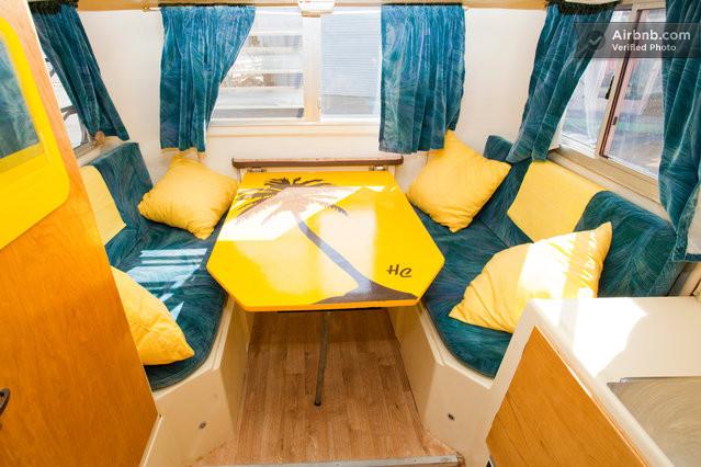 旁邊還有舒適沙發床 兩邊都可以坐人~不小欸