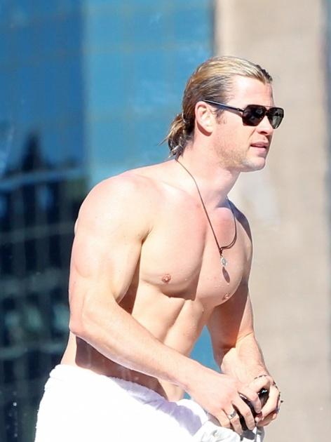 TOP 5 克里斯漢斯沃 Chris Hemsworth  相信大家一定對《雷神索爾》裡的他非常熟悉,雖然在電影裡被盔甲包得緊緊的,卻也不難看出他的好身材,那深邃的藍眼睛加上大大的胸肌和腹肌把妞編輯的魂都給勾跑啦!他同樣也為電影角色健身,為達到雷神索爾般的肌肉,固定每天上健身房並以嚴格的飲食控制,時間可是長達六個月之久,真是非常有毅力呢!