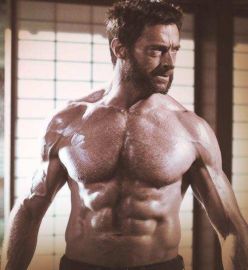 TOP 2 休傑克曼Hugh Jackman  曾榮登美國People Weekly雜誌「最性感的男人年度排行榜」冠軍的他,其中一個原因不外乎他衣服底下驚為天人的肌肉。為了要讓自己在電影裡的身材更符合金剛狼這個角色,電影開拍前三個月以增重為目的進行密集訓練,加上每天吃水煮雞胸肉,讓自己長出14公斤的大肌肉,看看那線條真的是非常令人歎為觀止!裸上身的他簡直就是一道香氣逼人的佳餚,讓人忍不住食指大動捏~他都已經這麼完美了,到底會是誰得到妞編輯心目中的冠軍呢?