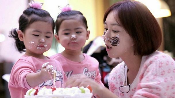超級相像的兩個人, 是韓國女歌手Shoo(女子天團S.E.S成員)的雙胞胎女兒! 最近在韓國電視上,非常火紅捏!