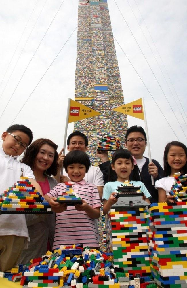 在韓國首爾由4千名孩童、50萬名樂高積木 搭成的31.9米高的樂高積木塔