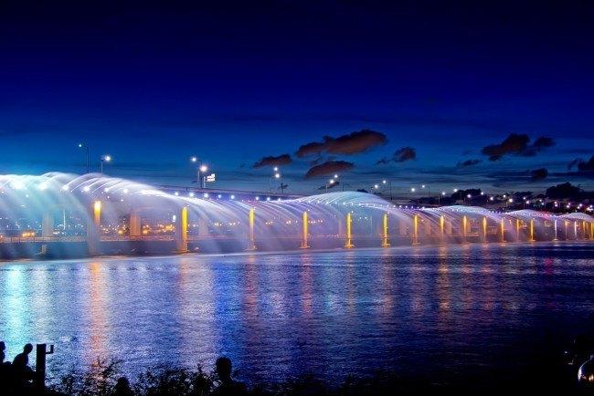 10. 最長的噴泉大橋  首爾盤浦大橋的噴泉「月光彩虹噴泉」,安裝在盤浦大橋上, 合計全長1140公尺,共裝有380個噴嘴與200顆燈
