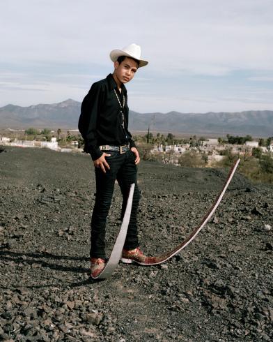 不行~我們要正經一點~ 怎麼可以把墨西哥青年的時尚當玩笑!? 你看他擺的POSE多麼認真多麼帥氣!(憋笑)
