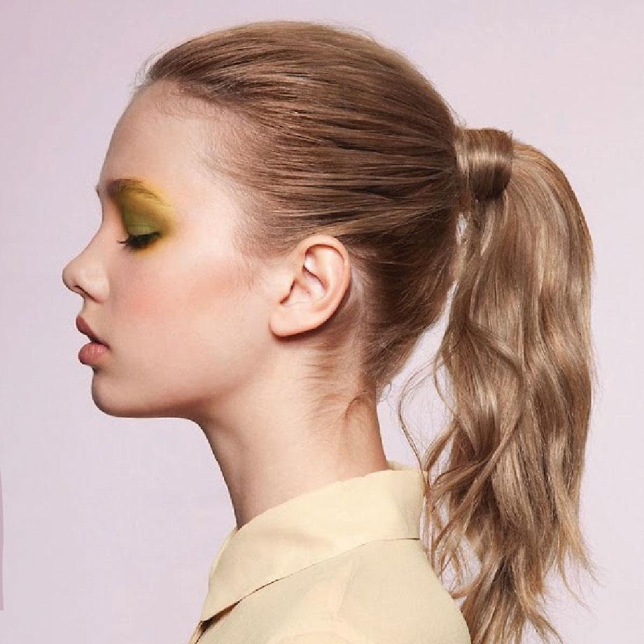 紮法1:將頭髮紮成簡易的馬尾,然後從當中選一縷頭髮(能蓋住髮圈即可), 圍繞髮圈處纏繞, 再用夾子固定即可。