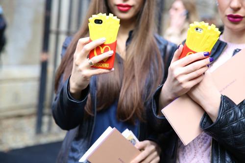 最近的手機殼更是花樣一個比一個多 要不今天就來一場手機殼時尚特輯吧?