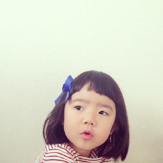 這世上有帥氣正太、天使蘿莉,就會有諧星正太和搞怪蘿莉;美麗可能很雷同,但無厘頭卻有千百種趣味!妞編輯對於怪咖小孩最沒有抵抗力,用肢體語言在搞笑的他們,不必刻意裝大人,單純傻氣的怪萌會讓你瞬間一箭穿心。日本有位媽媽幫4歲女兒Rico在Instagram上記錄成長日記,她對女兒的期許就是「永遠都不要忘記幽默」,瘋狂前衛的Rico乍看真有點像女版蠟筆小新,超多表情和動作,完全沒有一張是正常的啊!怪怪的Rico有種獨特的魅力,看完也會一定深深愛上她~