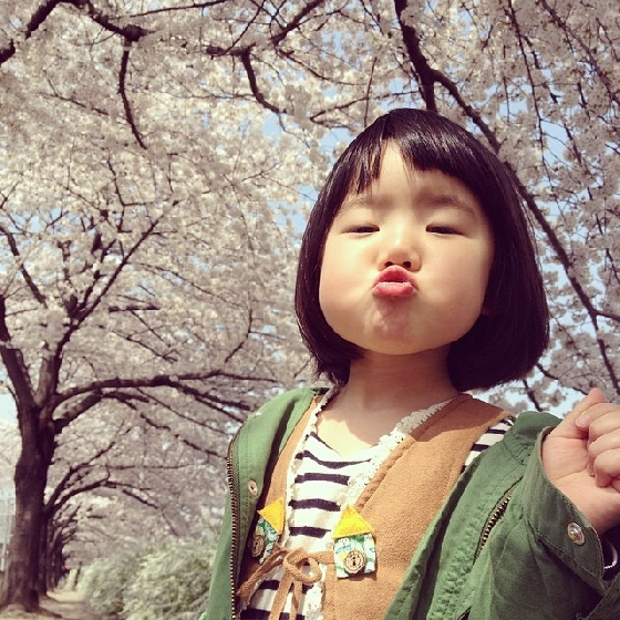 Rico賞櫻花超開心,搞怪蘿莉不想和花卉爭豔,不如拍張搞怪照吧!