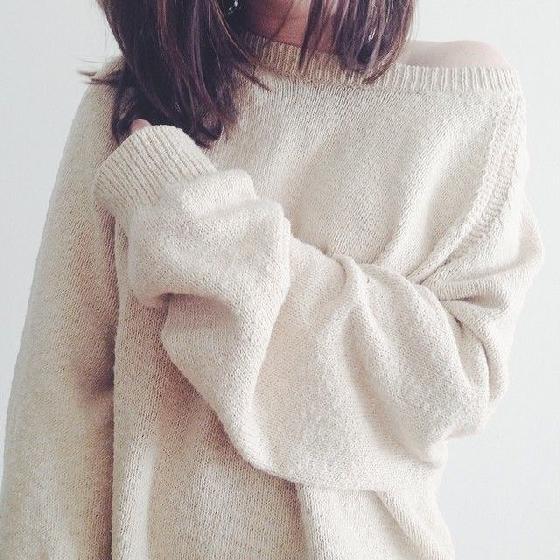 2. 細針織  超百搭的針織衫,對大胸部女生來說,分成「顯瘦」和「顯胖」這兩種;相對於粗鉤線針織單品,上圍豐滿的女孩比較適合穿細針織款,比較能夠避免因胸大而顯胖的困擾。也就是說,如果想要讓上圍更有料,可以穿粗鉤針織單品唷。