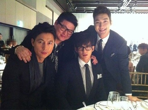 但是你只要跟他一起照相! 就連帥氣的鄭雨盛還有Super Junior始源! 都瞬間變成大餅臉!