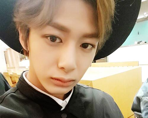 5.  藝名:亨源(Hyung Won) 本名:蔡亨源(채형원)  隊內擔當:Vocal
