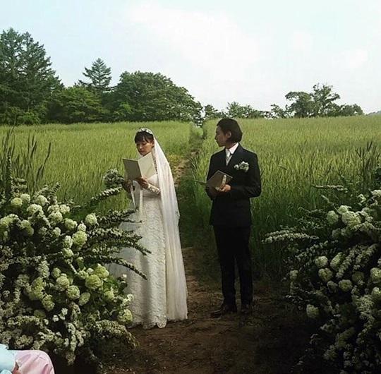 除了官方公開的三張結婚現場照片以外, 小編特別從其他SNS上,找到這張漏網鏡頭! 拿著誓約書,將要宣示兩人對婚姻忠誠的那一瞬間(喀喳!) 莫名的感到感動~