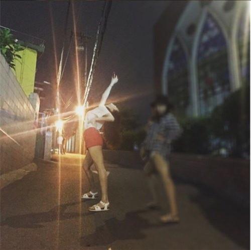 25日,韓國網路上瘋傳幾張稱來自雪莉私人IG的照片 在退團新聞的前一晚,雪莉和友人在梨泰院的經理團路附近玩耍的模樣