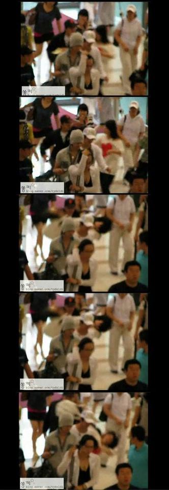 2010年東方神起也是在機場被粉絲簇擁 可以看到黑帽經紀人是直接讓她倒下