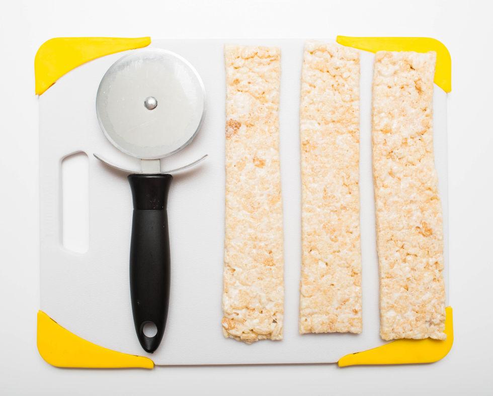 細卷  另外還有一種捲壽司製作法!先將「飯」切好形狀。